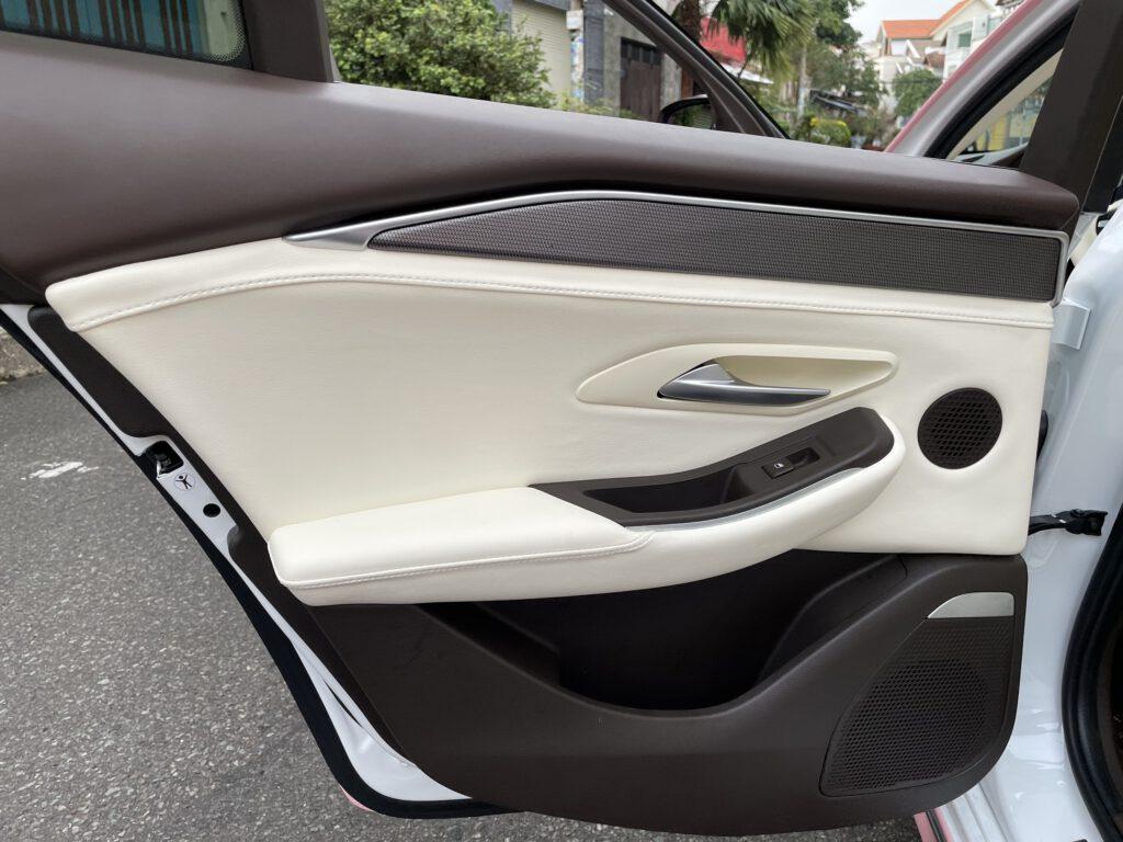 Độ nội thất Maybach cho xe Vinfast Lux A độ nội thất Maybach tappi bọc 2 màu nâu đen trên và trắng phần dưới