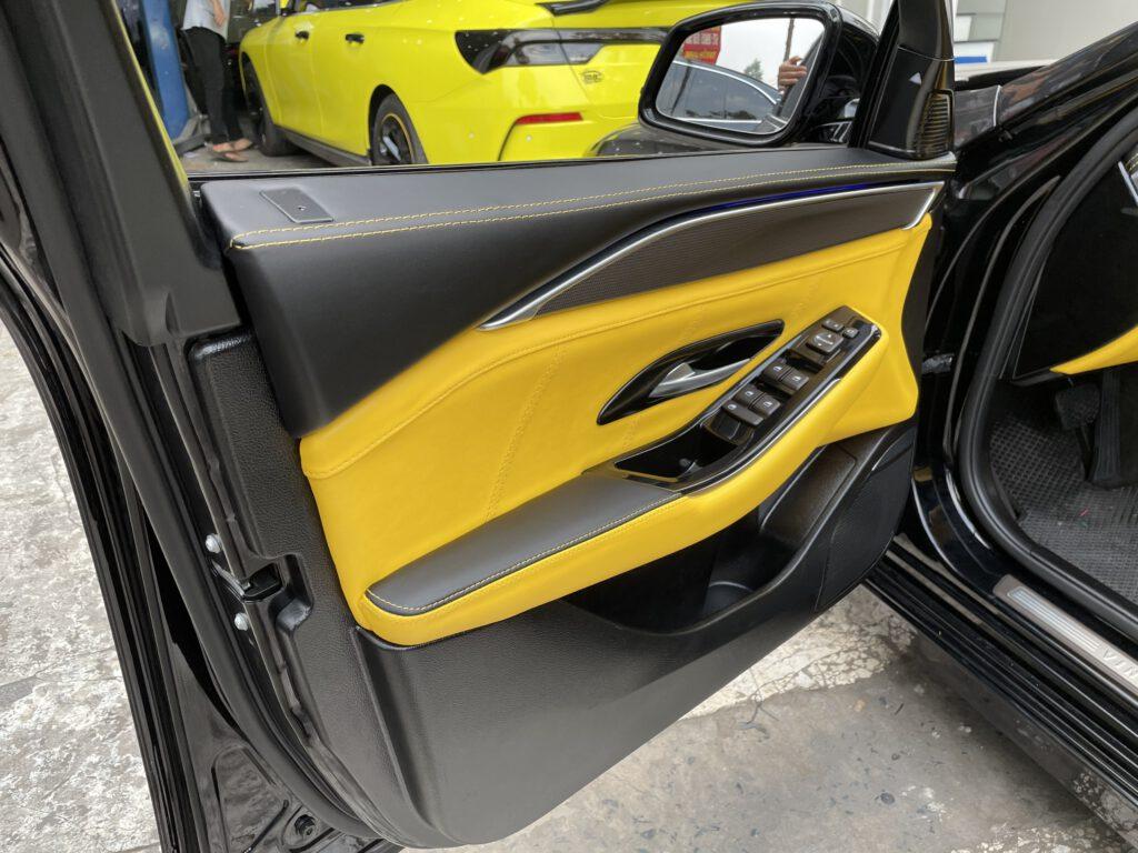 Độ nội thất xe Vinfast Lux A bọc lại da tappi cửa